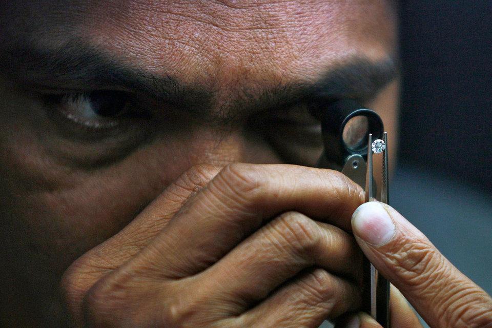 На долю Индии приходится 75–80% мирового гранения алмазов