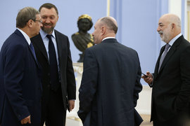 UC Rusal Олега Дерипаски (второй слева) рассчитывает на дивиденды «Норникеля», которым управляет Владимир Потанин (в центре)