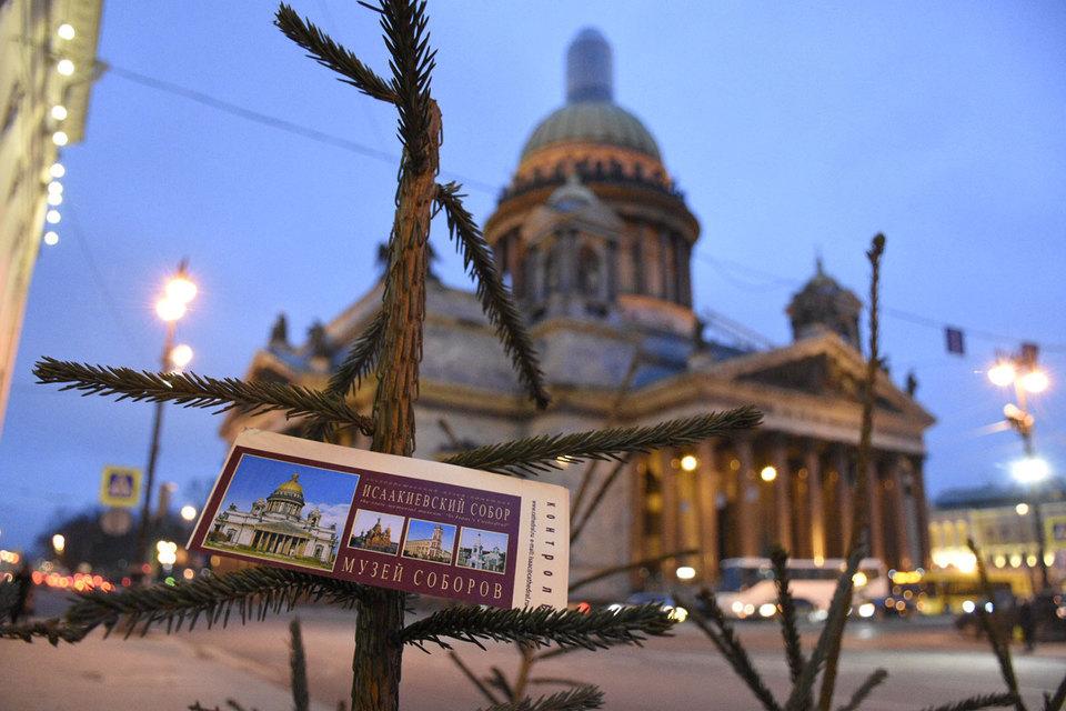 О том, что власти Петербурга планируют передать Исаакиевский собор РПЦ, сохранив его музейную функцию, стало известно 10 января