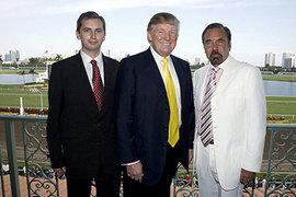 На фотографии на своей страничке в Facebook Сергей Миллиан (на фото слева) позирует с Дональдом Трампом на ипподроме