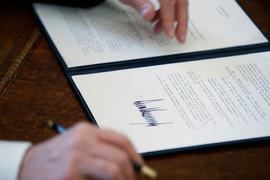Одним росчерком пера президент США Дональд Трамп завершил многолетний путь страны к расширению свободной торговли, санкционировав выход США из Транстихоокеанского партнерства