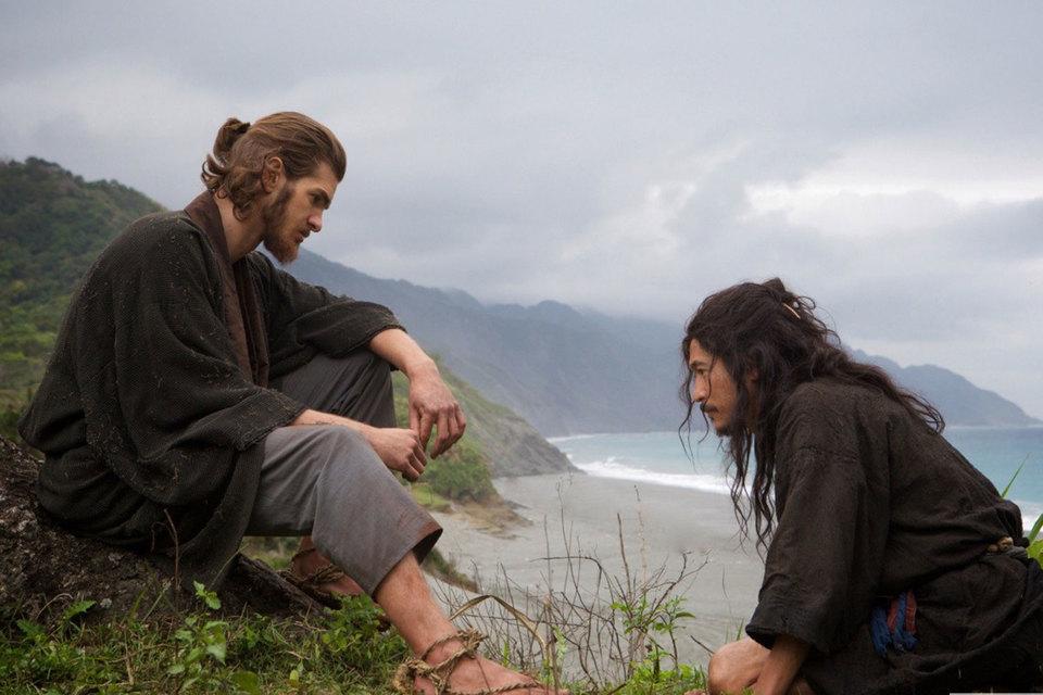 Отец Родригеш (Эндрю Гарфилд, слева) и его японский Иуда (Йосуки Кубозука)