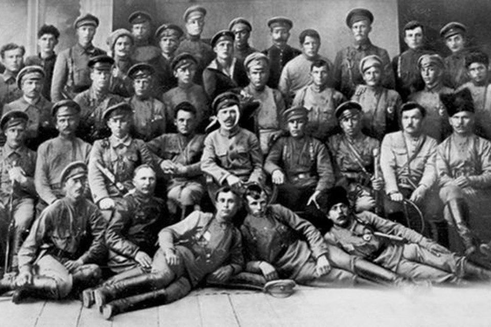 Командир 25-й стрелковой дивизии Василий Чапаев (в центре), раненный в голову под Уфой 8 июня 1919 года, и комиссар дивизии Дмитрий Фурманов (слева) среди командиров и политработников дивизии
