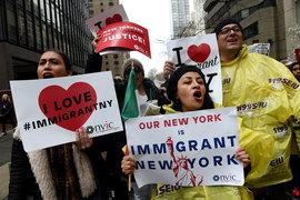 Жители Нью-Йорка вечером в среду вышли на марш в защиту иммигрантов