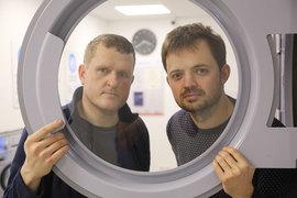 Партнеры Олег Масленников (слева на фото) и Павел Глушенков познакомились при покупке стиральных машин
