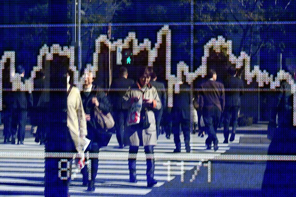 Япония близка к полной занятости, госрасходы или сокращение налогов могут помочь стране окончательно положить конец дефляции