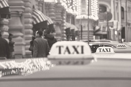 Систему регулирования такси нужно перенастраивать с учетом сохранения, хоть и в меньшем объеме, традиционных форм – посадки на стоянках и просто на улице