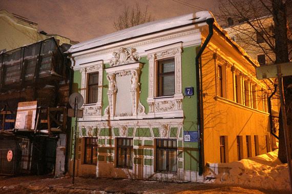 «Дом с кариатидами» – жилой дом лепщика Сысоева, построенный в XIX в. и расположенный по адресу: Печатников переулок, 7. Площадь особняка, в котором проживала Эллочка-людоедка из гайдаевской версии «12 стульев», – 145 кв. м
