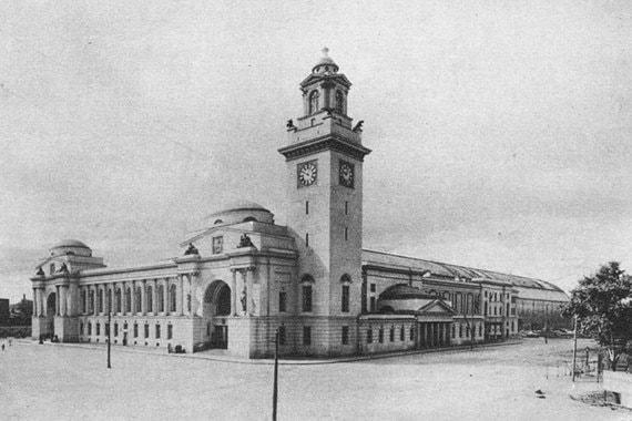 Первое здание тогда еще Брянского вокзала было построено в 1899 г. Москвичи тут же стали над ним потешаться, потому что оно представляло собой деревянное одноэтажное сооружение длиной почти 100 м. Название «Брянский» вокзал сохранил до 1934 г. В честь столетия Бородинской битвы в 1912 году было решено построить новый вокзал