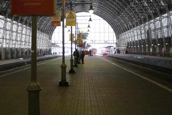 Перронный зал - дебаркадер построен про проекту Владимира Шухова. Он примыкает к зданию станции и имеет длину 321 м, ширину 47 м и высоту 30 м (архивный кадр из фильма «Ваша знакомая / Журналистка», 1926 г.)