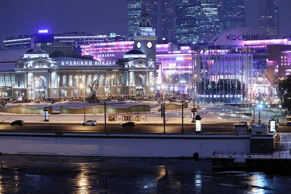 Чтобы подчеркнуть величие здания Киевского вокзала, в генеральном плане 1935 г. было решено расширить площадь Киевского вокзала до Дорогомиловской улицы и архитектурно оформить ее с учетом ансамбля Москвы-реки и Бородинского моста. Еще одна реконструкция вокзальной площади была произведена в 2001 г., она была превращена в Европейскую площадь (архивное фото 1978 г.)