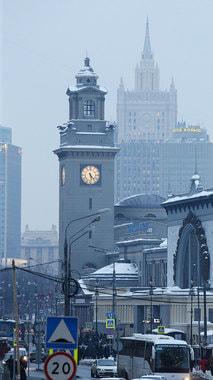 Часы на башне Киевского вокзала расположены на высоте 55 м, что сопоставимо с высотой жилой шестнадцатиэтажки, и весят более тонны. Длина минутной стрелки – 1,7 м. Они заводятся при помощи трехсоткилограммовых чугунных гирь. Москвичи прозвали башню Киевского вокзала московским Биг-Беном (архивное фото 1978 г.)