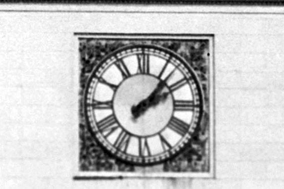 На башне вокзала установлены механические часы. Похожие механические часы установлены на Спасской башне Кремля и на здании Центрального телеграфа. Часовой механизм швейцарский, все подвижные механизмы регулярно проверяются и смазываются
