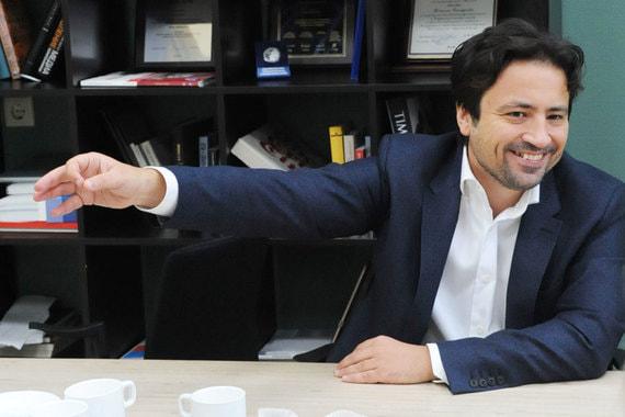 В 2014 г. основатель сети «Связной» Максим Ноготков продал компанию кредиторам - группе «Онэксим» и НПФ «Благосостояние». После чего права требования по просроченному кредиту на сумму около $120 млн, который Ноготков брал на развитие группы, приобрел предприниматель Олег Малис. Сейчас рассматривается возможное слияние «Евросети» со «Связным», в таком случае компания перейдет к «Мегафону»