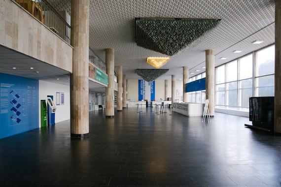 Единое внутренне пространство предполагается разделить на четыре зоны – хранилища, постоянной экспозиции и выставок, образовательную (с аудиториями, библиотекой и кинозалом) и фестивальную – для проведения различных мероприятий, там же будет ресторан