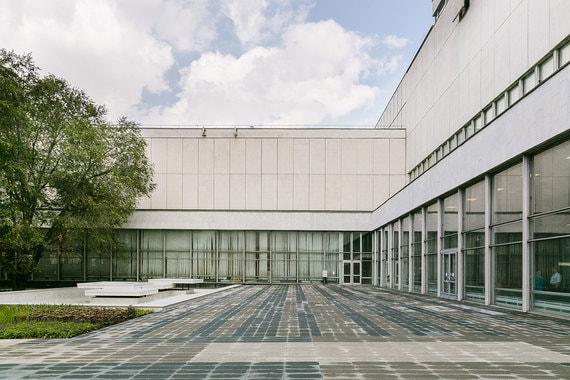 Реконструкция должна затронуть все здание, включая ту часть, которую занимает Центральный дом художника (ЦДХ). Сроки и бюджет реконструкции будут ясны после утверждения проекта строительства