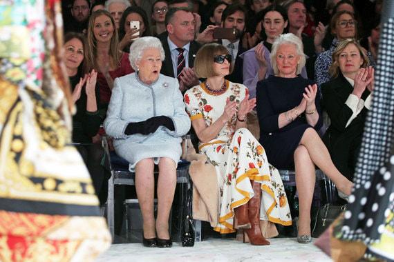 21 февраля 2018 г. Королева Великобритании Елизавета II впервые за 66 лет правления посетила Лондонскую неделю моды. На показе молодого британского дизайнера Ричарда Куинна она сидела рядом с главным редактором американского Vogue Анной Винтур и руководительницей Британского совета моды Кэролайн Раш