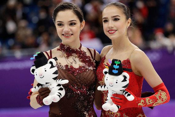 23 февраля 2018 г. Российская фигуристка Алина Загитова (справа) выиграла золото в одиночном катании на Олимпиаде в Пхенчхане. По итогам короткой и произвольной программ она набрала 239,57 балла. На втором месте – Евгения Медведева (238,26 балла)