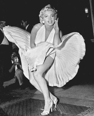 Тейлор предположил, что в хорошие экономические времена женщины стремились продемонстрировать дорогие шелковые чулки, а в плохие – прикрыть голые ноги. Но индекс длины юбок неплохо коррелировал с состоянием экономики и позднее (на фото – 1960-е гг.), вплоть до XXI в.