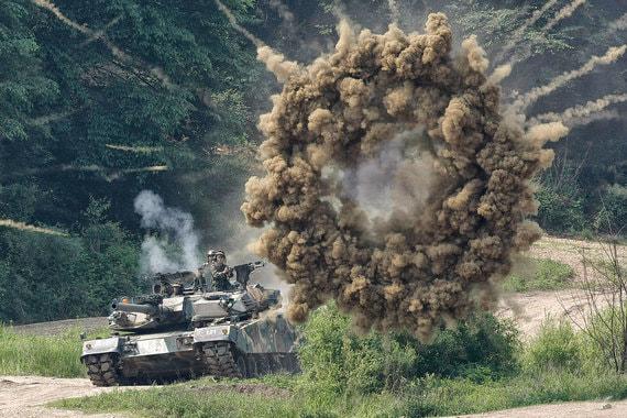 Дональд Трамп занял гораздо более жесткую позицию по отношению к Северной Корее, чем Барак Обама. Некоторые политики в США призывают нанести превентивный удар по КНДР, которая наверняка ответит с использованием обычных вооружений и, возможно, ракет малого радиуса действия. Для Южной Кореи и Японии последствия будут ужасными