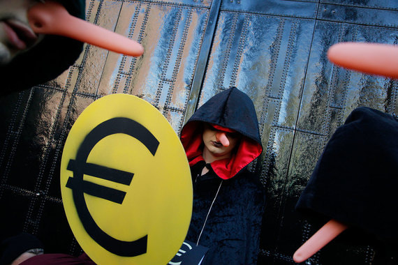 Выход переживающих кризис стран из еврозоны приведет к сильной девальвации их валют и неспособности обслуживать номинированный в евро долг. Банки понесут огромные убытки по портфелям гособлигаций. Все это может столкнуть мировую экономику в рецессию