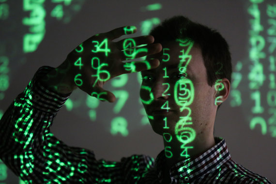 3-5. Масштабная кибератака подорвет деятельность госорганов и компаний (сила риска – 12): средняя вероятность, сильное влияние. Частота  и сила кибератак растет (в 2017 г. самыми громкими стали случаи с  вирусами WannaCry и Petya), и есть риск, что хакеры обрушат  государственные или корпоративные сети либо будут манпулировать ими в  течение длительного времени