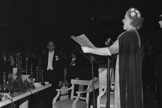 Долгое время церемонии ограничивались вручением статуэток и банкетом. После переезда в Dolby Theatre объявление номинаций стало перемежаться музыкальными номерами. Их нередко сопровождают выступления танцоров, акробатов и цирковых артистов. На фото: оперная певица Милица Корьюс исполняет песню из кинофильма «Большой вальс» (1939 г.), Джон Ледженд во время исполнения композиций City of Stars и Audition из мюзикла «Ла-ла-ленд», 2017 г.