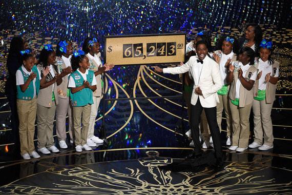 Стать ведущим церемонии - мечта для многих актеров. Рекордсмен по числу проведенных «Оскаров» - американский актер Боб Хоуп, становившийся ведущим 18 раз (с 1939 по 1977 г.). На фото: Боб Хоуп на церемонии 1942 г. и ведущий 2016 г. комик Крис Рок, который открыл церемонию монологом с шутками про скандал вокруг отсутствия чернокожих номинантов «Оскара», а в середине шоу устроил продажу печенья