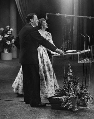 Важнейший момент для приглашенных актрис - выбор платья. Раньше наряды многим предоставляла киностудия, сейчас звезды нередко выбирают одежду, договариваясь с крупными модными марками. Стоимость наряда на «Оскар» может составлять до $200 000. На фото: режиссер и продюсер Джозеф Манкевич с актрисой Клодетт Кольбер (1955 г.), актриса Кейт Бланшетт в платье Armani Prive на репетиции церемонии (2014 г.)