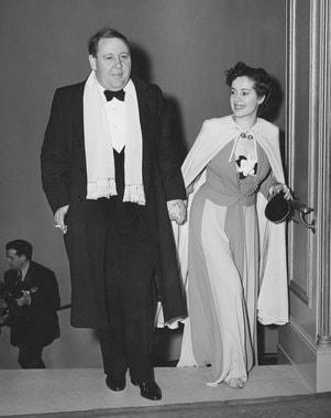 Важная часть современных церемоний - проход звезд по красной ковровой дорожке. Число приглашенных исчисляется сотнями, и чтобы гости не стояли в очереди на фотоснимки, организаторы церемонии предварительно согласуют время прибытия гостей с точностью до минут. На фото: актер и режиссер Чарльз Лоутон с женой Эльзой Ланчестер (1940 г.), Дженнифер Лопес на красной ковровой дорожке, 2016 г.