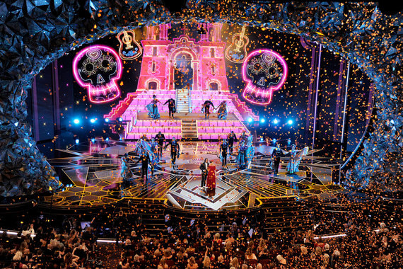 В ночь с 4 на 5 марта в Лос-Анджелесе пройдет юбилейная 90-я церемония вручения «Оскара». Первое награждение состоялось в 1929 г. на закрытом банкете академии в отеле «Рузвельт» в Лос-Анджелесе. В 1930 г. состоялась первая радиотрансляция церемонии, а в 1953-м — первая телевизионная трансляция. В 2017 г. церемонию в прямом эфире по телеканалу АВС посмотрели 32,9 млн человек, подсчитала американская исследовательская компания Nielsen. Суммарная теле- и интернет-аудитория премии составляет около миллиарда. На фото: церемонии 1937 г. в отеле «Рузвельт» и 2018 г. в киноцентре Dolby Theatre