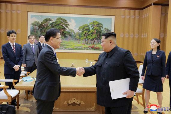 6 марта 2018 г. Северная Корея готова ввести мораторий на проведение ядерных и ракетных  испытаний и провести прямые переговоры с США. Об этом заявил представитель южнокорейской делегации по итогам визита в КНДР. На фото: советник президента Южной Кореи по национальной безопасности Чон Ый Ён и лидер КНДР Ким Чен Ын (слева направо на первом плане)