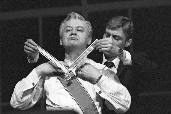 Олег Табаков и Борис Щербаков в сцене  из спектакля театра МХАТ «Юристы», 1985 г.