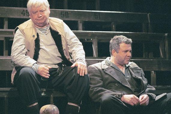 Спектакль «На дне»  Театра-студии под руководством Табакова. В роли Луки - Олег Табаков (слева),  Бубнова - Михаил Хомяков, 2001 г.