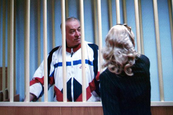 В России  Скрипаля обвиняли в шпионаже. Он был задержан в 2004 г., лишен всех  званий и приговорен к 13 годам тюремного заключения. В 2010 г. он  получил убежище в Великобритании после «шпионского обмена» между США и  Россией по «делу Анны Чапман»