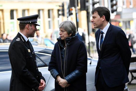 Премьер-министра сопровождали врио констебля графства Уилтшир Кир Притчард и член парламента от Солсбери Джон Глен