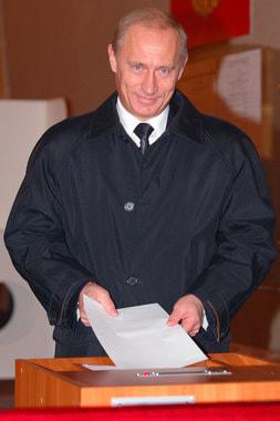 На выборах президента в 2004 г. за пост главы государства боролись шесть кандидатов. Путин принимал участие в выборах как самовыдвиженец и снова победил