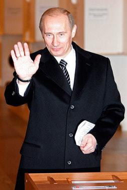 В 2008 г. за пост президента боролись четыре кандидата. По Конституции Путин не имел права баллотироваться на третий срок. Президентом страны был избран Дмитрий Медведев