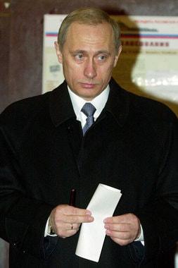 Владимир Путин, исполняющий обязанности президента  России, голосует на досрочных выборах главы государства 26 марта 2000 г. Путин одержал победу в первом туре