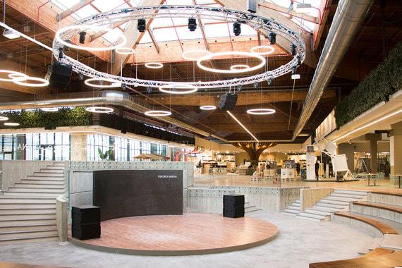 Лауреатом номинации «Лучший торговый центр» стал FICO Eataly World в Болонье. Это крупнейший в мире агро-гастрономический парк. На его создание ушло четыре года и 100 млн евро. Здание построено на месте муниципального оптового рынка протяженностью 1,5 км, торговавшего сельхозпродукцией. Теперь это агро-гастрономический парк, в котором воплощен весь процесс производства – от растениеводства и животноводства до готовых продуктов, которые можно тут же и попробовать