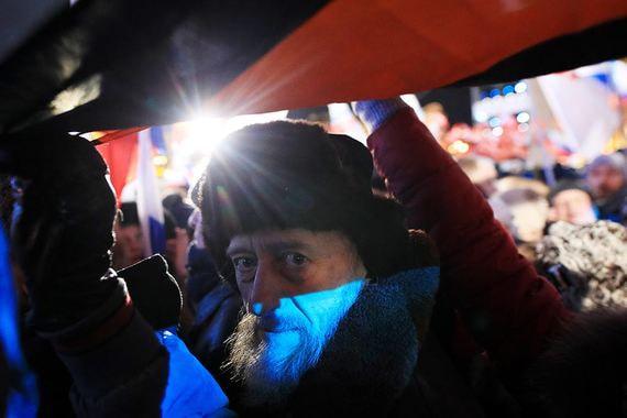 Участники митинга-концерта «Россия.  Севастополь. Крым» на Манежной площади