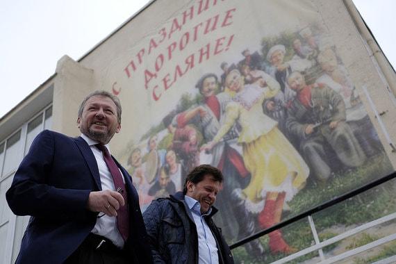Кандидат  от «Партии роста»  Борис Титов (слева) на  избирательном участке № 2902 в поселке Абрау-Дюрсо