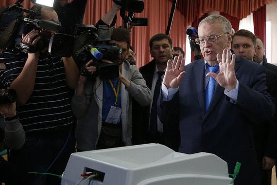 Кандидат от ЛДПР Владимир Жириновский на избирательном участке в школе № 814 в Москве
