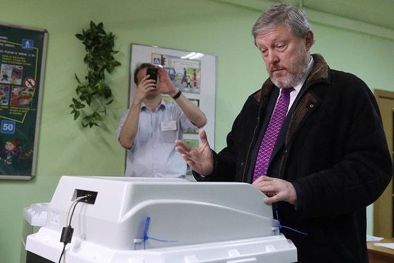 Кандидат от партии «Яблоко» Григорий Явлинский на избирательном участке в школе № 1440 в Москве