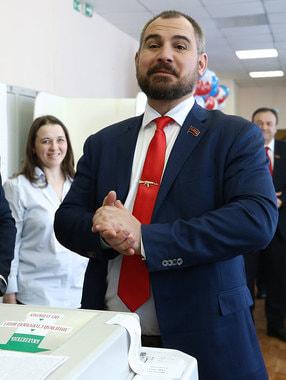 Кандидат от партии «Коммунисты России» Максим  Сурайкин на избирательном  участке в школе № 1540 в Москве