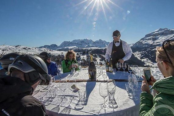 Гастрономические мероприятия Gourmet Skisafari и Care's на итальянском курорте Альта-Бадиа длятся весь зимний сезон, но самые масштабные – фестивали Gourmet Skisafari и Care's, которые организует главная местная звезда, обладатель трех звезд Michelin Норберт Нидеркофлер. Для Gourmet Skisafari шефы лучших заведений курорта готовят тематическое меню (в этом сезоне шесть участников импровизировали на тему «Кулинарные воспоминания детства»). Программа Care's шире и включает не только ужины, но и публичные выступления, круглые столы, мастер-классы и презентации, в которых участвуют местные и приглашенные шефы