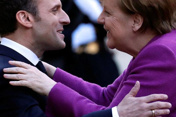 16 марта 2018 г. Президент Франции Эммануэль Макрон приветствует канцлера Германии Ангелу Меркель в Елисейском дворце