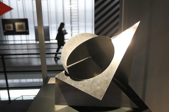 Лигия Кларк. «Пространственная птица», 1960 г., выставка «Трансатлантическая альтернатива. Кинетическое искусство и оп-арт в Восточной Европе и Латинской Америке в 1950–1970-е»