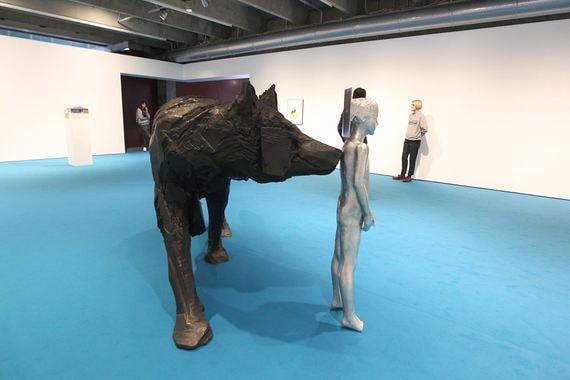 Выставка Андро Векуа, грузинского художника, живущего и работающего в Европе, называется «Дельфин в фонтане». Она состоит из замысловатого видео, серии портретов и большой скульптурной группы – тонкой серебристой девушки и стоящего за ней огромного черного волка