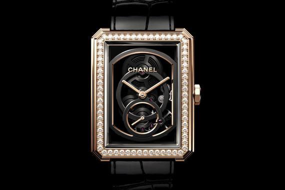 Часы Boy-Friend Skeleton оснащены третьим механизмом собственного производства Chanel - Calibre 3. Скелетон с двумя циферблатами (отдельно с часовой и минутной и секундными стрелками), ручным подзаводом и запасом хода 55 часов не станет лимитированной серией, но и не будет запущен в серийное производство: Chanel создаст ограниченное число часов - столько, сколько позволят мощности мануфактуры